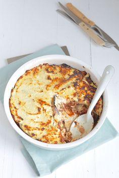 skinny moussaka zonder aardappel en bechamelsaus. ngrediënten voor 2 – 3 personen 300 gr rundergehakt 150 gr ricotta 50 gr Parmezaan 2 grote aubergines 1 ui 2 teentjes knoflook 1 blik tomatenblokjes (400 gr) 0,5 tl kaneel 0,5 tl nootmuskaat 1 tl oregano (gedroogd) Peper en zout Olijfolie