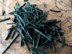 La spiruline : composition, bienfaits et posologie. La spiruline est une algue appartenant à la famille des microalgues bleu-vert. Elle est cultivée un peu partout dans le monde, là où elle peut bénéficier d'un climat favorable. Dans le commerce, on peut la trouver sous différentes formes à savoir une poudre déshydratée, en vrac, ou encore en capsules. Valeurs nutritionnelles de la spiruline.