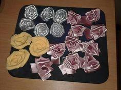 Roos blomme die silwer en geel is met materiaal gemaak en pienk met lint
