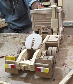 Carretas Woodworking For Kids, Woodworking Toys, Woodworking Projects, Wooden Toy Trucks, Wooden Car, Wooden Crafts, Wood Toys, Kids Furniture, Wooden Signs