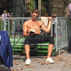 Instagram-Account-Shares-Hot-Dudes-Reading-Books Hot Men Bodies, Cuffing Season, Nyc Subway, Groundhog Day, Man Images, Stop Talking, Man Crush, Books To Read, Reading Books