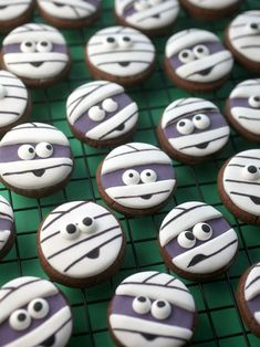 Halloween sugar cookies for 2019 that'll cast a spooky spell on you - Hike n Dip Make your Halloween special by baking some Halloween Cookies. Here are the best Halloween Sugar cookies ideas and royal icing decorations for your inspo. Halloween Cupcakes, Halloween Cookie Recipes, Halloween Sugar Cookies, Halloween Cookies Decorated, Halloween Snacks, Spooky Halloween, Halloween Parties, Decorated Cookies, Halloween Celebration