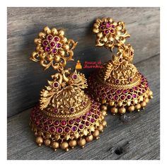 13 Unique Jhumka Designs You Can't Afford To Miss! earrings 13 Unique Jhumka Designs You Can't Afford To Miss! Gold Jhumka Earrings, Indian Jewelry Earrings, Jewelry Design Earrings, Gold Earrings Designs, Antique Earrings, Jhumka Designs, Pearl Jhumkas, Jewelry Necklaces, Gold Designs
