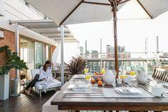 En su tríplex de Belgrano, la arquitecta Viviana Dabul diseñó este espacio al aire libre para aprovechar todo el año. Con delicadeza y una línea de muebles de aluminio anodizado creó una atmósfera con sectores diferenciados que dialogan entre sí