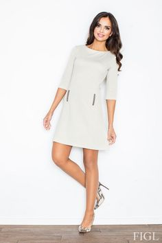 Beżowa sukienka o wyszczuplającym fasonie