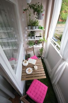 I love the decor with balcony garden and table and chairs.- Ich liebe die Einrichtung mit Balkongarten und Tisch und Stühlen I love the decor with balcony garden and table and chairs - Decor, Patio Decor, House Design, Small Balcony Decor, Room Interior, Small Spaces, Balcony Furniture, Home Decor, Apartment Decor