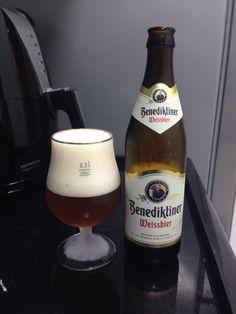 A cerveja Benediktiner Weissbier é uma típica cerveja alemã de trigo. Feita com malte de trigo e cevada, a cerveja Benediktiner Weissbier é uma cerveja frutada, macia, textura cremosa e encorpada.