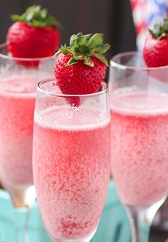 Strawberry mimosa Combine equal parts champagne and pureed strawberry juice, garnish with strawberry. Brunch Drinks, Yummy Drinks, Healthy Drinks, Cocktails, Strawberry Mimosa, Strawberry Recipes, Raspberry, Frozen Strawberries, Strawberries And Cream