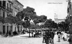 La plaza de las Flores en los años 20 antes de construirse el edificio de Correos... Cadiz, Plaza, Granada, Street View, Top Knot, War, Waves, Antique Photos, Parks