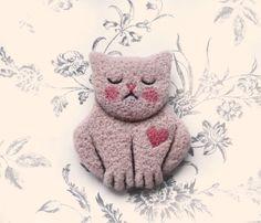 Urocza broszka - kot, wykonana pracochłonną techniką filcowania na sucho.     Idealny dodatek do płaszczy, szali, swetrów.    Z tyłu zapięcie z blo...