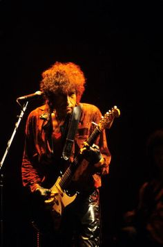 Photo of Bob DYLAN performing live onstage playing Fender Stratocaster guitar Bob Music, Music Film, Easy Guitar, Guitar Tips, Bob Dylan Live, Stratocaster Guitar, Fender Guitars, Travelling Wilburys, Living Legends