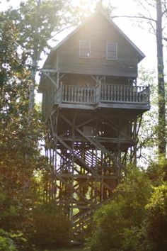 Covington, Louisiana - The Honey Rock Tree House - wow, you can actually rent this place out for the night http://www.honeyrockfurniture.com/treehouse.aspx