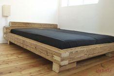 Bettgestell aus Altholz Balken mit originaler handgehackter Oberfläche