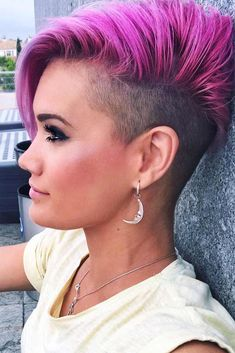 Disconnected undercut hairstyles are particularly trendy this season. Pick a cool undercut here. Undercut Styles, Undercut Women, Short Hair Undercut, Messy Bob Hairstyles, Undercut Hairstyles, Short Hair Cuts, Short Hair Styles, Haircut Short, Medium Undercut
