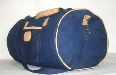 A duffle bag tote is an ideal type of luggage that no traveler should be without. The duffel bag is one of the most versatile and functional forms of luggage. It can be used as a carry-on for plane… Duffle Bag Patterns, Tote Pattern, Duffel Bag, Weekender, Tote Bag, Diy Sac, Tote Tutorial, Diy Tutorial, Craft Bags