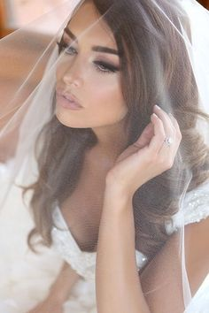 This would be my dream wedding makeup! Soft smokey eyes with long lashes