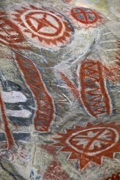 """Painted cave of Chumash, California  Se denominan vulgarmente piedras vivas o planta piedra derivando su nombre del griego: """"lithos"""" (piedra) y """"ops"""" (forma)."""