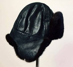 Perfect for winter: fur hat and Cook Black color Used Size: small (can fit a young man or woman) * Be noted that there most cord to attach both sides of the hat. Mode Vintage, Winter Hats, Beanie, Articles, Etsy, Color, Clothes, Black, Women