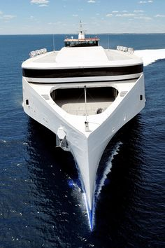 What a giant yacht!