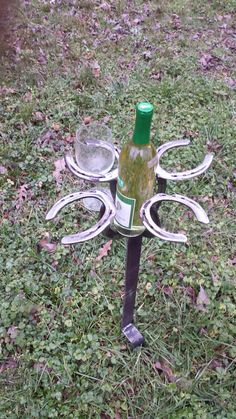 Wine Bottle and wine glass holder made from used horseshoes and rasps. These are made to order and may take a few days to ship. Also these are made individually so there will variations in each piece. Perfect for summer shows and picnics on the farm! Welding Crafts, Welding Art Projects, Blacksmith Projects, Metal Projects, Horseshoe Projects, Horseshoe Crafts, Horseshoe Art, Horseshoe Wine Rack, Cowboy Hat Rack