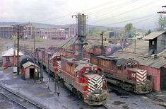 High quality photograph of Lehigh Valley EMD # LV 315 at Sayre, Pennsylvania, USA. Train Car, Train Tracks, Ho Model Trains, Railroad History, Train Pictures, Train Engines, Lehigh Valley, Locomotive, Great Places