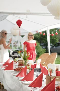 Crayfish party ideas: color theme, table setting, party outfits and everything you need for a crayfish party: http://www.idealista.fi/charandthecity/2016/07/31/rapujuhlien-tunnelmia/