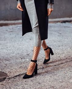 Tall jeans, chokers and bomber jackets are now the most stylish pieces of our wardrobe. One of the hottest trends of the season are the fishnet tights. Mode Outfits, Office Outfits, Fashion Outfits, Fashion Trends, Fashion Shoes, Fashion Me Now, Look Fashion, Womens Fashion, Fashion Fashion