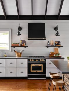 Introducing the Big Chill Classic Series: Industrial Style, American by Design. Stove mixes textured metals, distinctive finishes, and rich colors, making it easy for style. Cick to discover more. Industrial Chic Kitchen, Industrial Style, New Kitchen, Kitchen Decor, Big Chill, Outdoor Kitchen Design, Look Vintage, Vintage Modern, Layout Design
