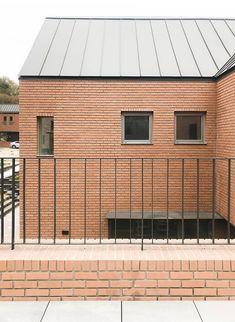 Modern brick home interior in Japan. Display Design, Home Art, Interior Architecture, Brick, Cool Designs, Garage Doors, Windows, Outdoor Decor, Modern