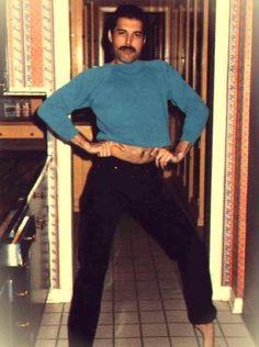 OMG Freddie in great ballet pose