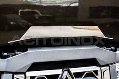 Baffo mascherone in acciaio inox super mirror (aisi 304) per Renault Trucks T. L'articolo è dotato di bi-adesivo per il fissaggio. Per una corretta applicazione segui le ISTRUZIONI DI MONTAGGIO.