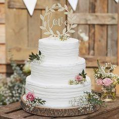 """Jolie décoration de gâteau en bois pour un wedding cake, tendance et unique ! Le cercle floral en bois qui entoure le """"Love"""" donnera une touche déco champêtre à votre gâteau. Avec son écriture manuscrite, il sera parfait pour un mariage bohême et rustique chic. Cette décoration de gâteau est en bois clair, vous pouvez ainsi la laisser telle quelle ou la personnaliser en fonction du thème de votre mariage."""