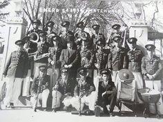 LA BANDA DE MATEHUALA CON 19 ELEMENTOS Y SU DIRECTOR, DON ANTONIO GUERRERO DE PIEDRAS NEGRAS COAHUILA, ESTRENANDO UNIFORME E INSTRUMENTOS, EL 5 DE ENERO DE 1939, foto tomada en la banca libanesa de la plaza de armas y atrás se ve el kiosco.