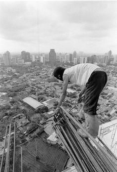 #интересное Азиатские строители смерти не боятся (23 фото) Судя по всему эти ребята считают себя бессмертными. Работают на такой высоте без страховки. Лететь вниз долго, падать больно. далее по ссылке http://playserver.net/?p=88148