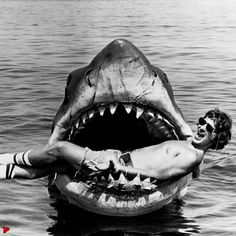 97 Amazing Behind the Scenes Photos from Iconic Movies. Stephen Spielberg behind the scenes in the mouth of the shark in Jaws. Famous Movies, Iconic Movies, Popular Movies, Great Movies, Imdb Movies, Jack Nicholson, Michael Myers, Photos Rares, Anthony Perkins