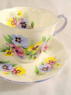 Love the yellow pansies! Vintage Royal Albert pansies fine bone china tea cup and saucer Vintage Cups, Shabby Vintage, Vintage China, Vintage Dishes, Shabby Chic, Teapots And Cups, Teacups, Bone China Tea Cups, My Cup Of Tea