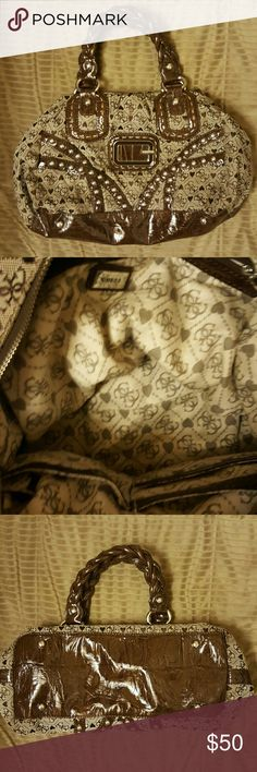 """Gorgeous GUESS PURSE. GREAT CONDITION Gorgeous brown Signiture Guess Purse. Great condition. Size is 14x9x6 with 6"""" strap drop. Large main pocket, has one large side zip pocket and 3 slip pockets. Guess Bags"""