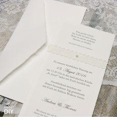 Bei dieser DIY Idee haben wir weiches, handgeschöpftes Büttenpapier und Spitze kombiniert.    Hochzeitskarten basteln - Büttenpapier mit Spitze und Perle - DIY - Weiches, handgeschöpftes Bütten - Selbstklebende Spitze   