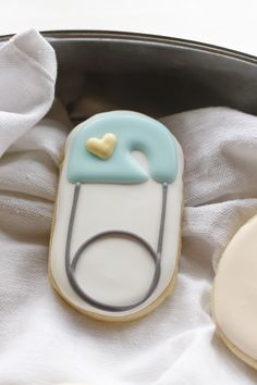 I needed to make a quick set of baby shower cookies. These diaper pin and baby face cookies were super simple, but turned out super cute.
