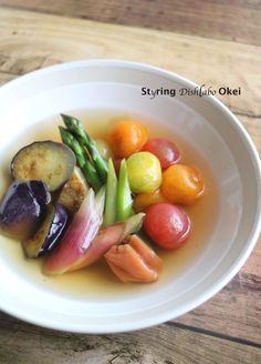 梅だしでいただくサッパリ夏野菜。なすを油で炒める事でコクが出るので物足りなさは無いですよ。一晩おいてしっかり冷やして暑い日に夏バテ予防!お野菜がたくさん取れますね。