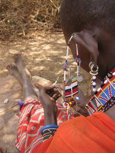 [Massai Gemeinschaft]: Zeit für ein bisschen Entspannung: am liebsten wird neuer Perlenschmuck gemacht.  SOCIALTOURIST - Urlaub mit sozialer Verantwortung - Kenia - Kenya