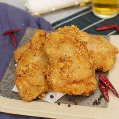 「旨辛フライドチキン」のレシピと作り方を動画でご紹介します。キムチ鍋の素に漬け込むから味付け簡単!外はカリッと香ばしく、中はジューシーな鶏肉の食感がたまりません。キムチのコクとピリ辛風味が絶妙で、ひと口食べると止まらなくなるおいしさです!