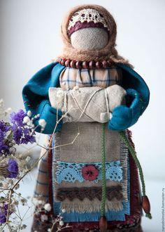 Купить или заказать Кукла оберег на Беременность в интернет-магазине на Ярмарке Мастеров. Русская народная кукла На Беременность - это старинный, сильный оберег. Его делали или приобретали женщины, чтобы зачать долгожданного ребеночка и легче перенести беременность и роды. На кукле одежда из натуральных тканей приглушенных тонов, чтобы не привлекать внимания и уберечься от сглаза. На животе у куколки в специальном пенальчике, находится кукла - голышок (это образ ребенка).