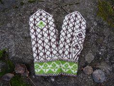 Storlek: dam, bredd ca 10,5 cm Garn: Rauma Finull Garnåtgång: 50 g vitt (bfg), 50 g mörkt brunt (mfg 1) och rester av grönt ca 10g Stickor: strumpstickor nr 2 1⁄2 Masktäthet: 30 m och 36 v = 1…