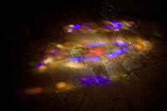 Het felle licht door de glas-in-lood ramen zorgt voor een abstract kleurenspel op de vloer