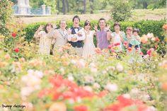 #家族写真  名古屋にある鶴舞公園にはこんなにもたくさんの花が咲き乱れてました  なので満開の花たちと一緒に最高の笑顔のみんなで家族写真  皆さん本当に素敵な笑顔  僕もカメラマンになってからは毎年1枚は家族で写真を撮るようにしてます  別にいいやって思ってしまうけど撮ってみると後で見たときにすごくいい思い出になります  だから僕は平凡な日常の写真だってとっても大切な瞬間なんだなって感じる  皆さんも是非平凡な日常も未来の素敵な思い出にしてください  #結婚#結婚式#結婚写真#ブライダル#ウェディング#wedding#前撮り#ロケーション前撮り#ドレス#カメラマン#結婚式カメラマン#ブライダルカメラマン#写真家#結婚式準備#花嫁準備#花嫁#プレ花嫁#プロポーズ#名古屋結婚式#ウェディングドレス#バンプデザイン#bumpdesign#instagramwedding#instagramjapan#イトウスグル#IGersJP#写真好きな人と繋がりたい #ファインダー越しの私の世界#日本中のプレ花嫁さんと繋がりたい