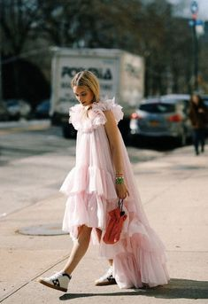 Idée Couleur & Coiffure Femme 2018 : Pink statement dresses for summer parties. Fashion Mode, New York Fashion, High Fashion, Womens Fashion, Fashion Tips, Fashion Design, Fashion Trends, Fashion Hacks, Korean Fashion
