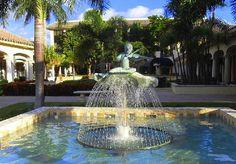 Fountain in small shopping center along Atlantic Avenue (Delray Beach, Florida)