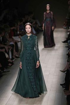 """Winter fashion?Definitive Proof """"Games Of Thrones"""" Style Has Infiltrated Fashion Week"""