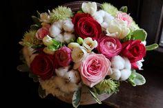Cutie cu flori #flowers #box #flowersbox #flowersinabox #gift #sayitwithflowers #madewithjoy #madewithlove #paulamoldovan #livadacuvisini #flori #evenimente #candybar #bucuresti ##bucharest #florist  #pink # #roses  #white #eustoma  #cotton #bumbac #cutie #flori #cutiecuflori #floriincutie #cutieflori  #fuchsia #ranunculus Flower Quotes, Bucharest, Ranunculus, Pink Roses, Floral Wreath, Wreaths, Box, Plants, Cotton